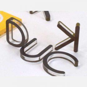 insegna lettere plexiglass incollate su pannello plexiglass per per scritta a rilievo