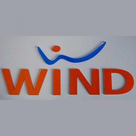 lettere plexiglass insegna Wind con applicazione adesivo prespaziato