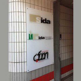 cartello plexiglass da muro con stampa e distanziali