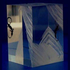 fermacarta plexiglass con incisione e riempimento nero