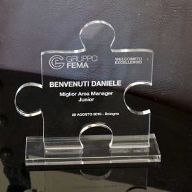 targa plexiglass sagomata su piedistallo premiazione
