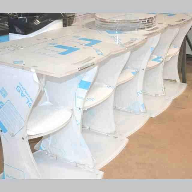 Carrelli plexiglass per apparecchiature medicali con ruote lavorazione 2