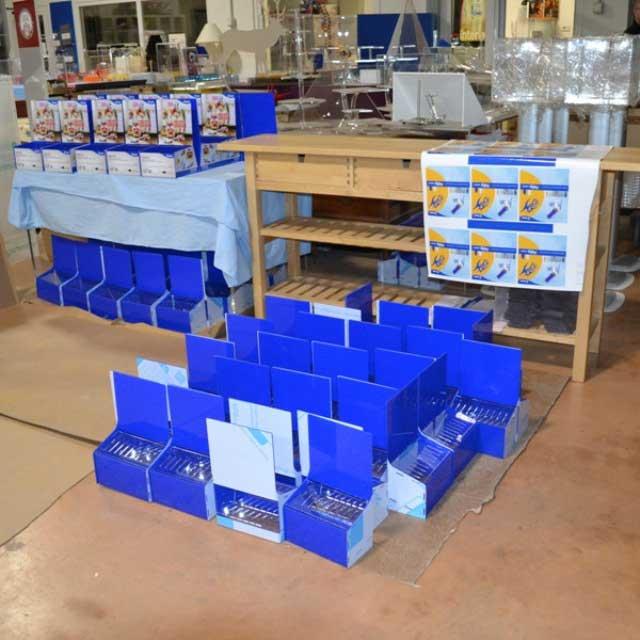 Espositori plexiglass blu con stampa Pintor Pilot assemblaggio